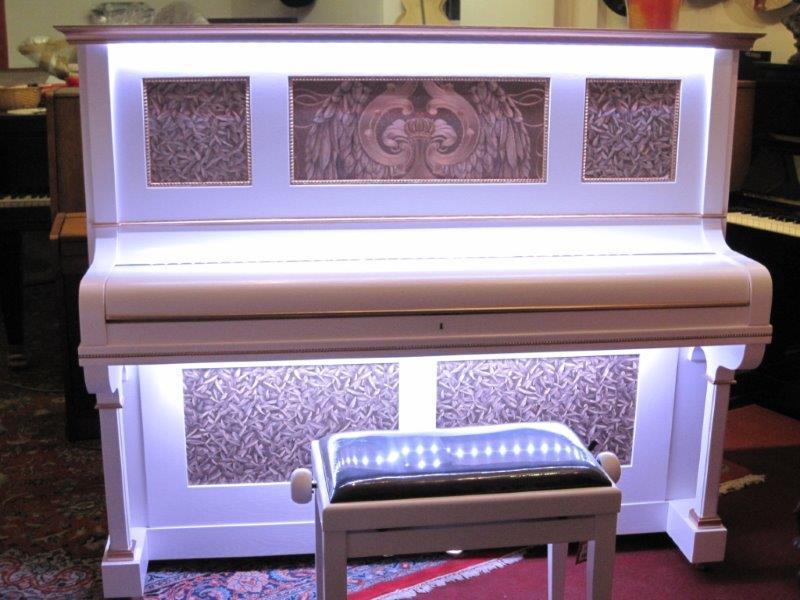 Design-Klavier mit LED-Beleuchtung